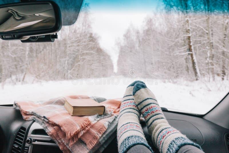 Viaggio in macchina nella foresta di neve immagini stock