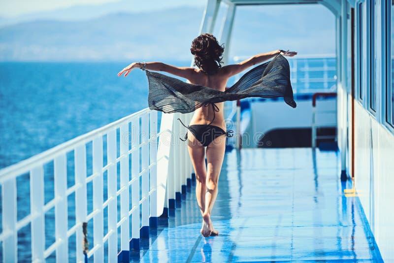 Viaggio marino della barca e di viaggio Sguardo di bellezza e di modo Ragazza sulla piattaforma della nave in costume da bagno di immagini stock libere da diritti