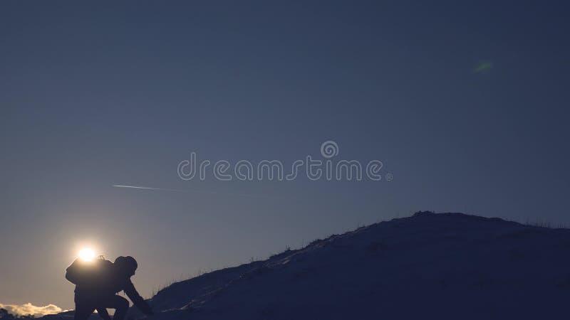 Viaggio in montagna d'inverno. Picco di montagna. un turista sta su una montagna ad alta neve fotografie stock libere da diritti