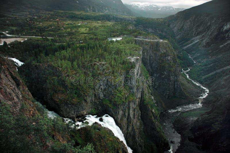 Viaggio in Norvegia, flusso delle cascate dalle montagne nel fiume al fondo di grande canyon, vista superiore fotografia stock