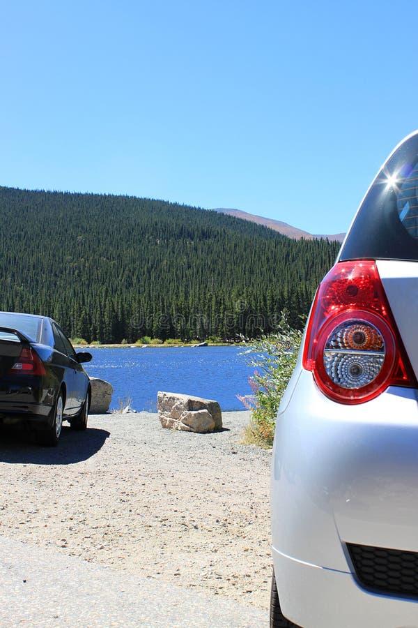 Viaggio stradale al lago ed alle montagne immagine stock libera da diritti
