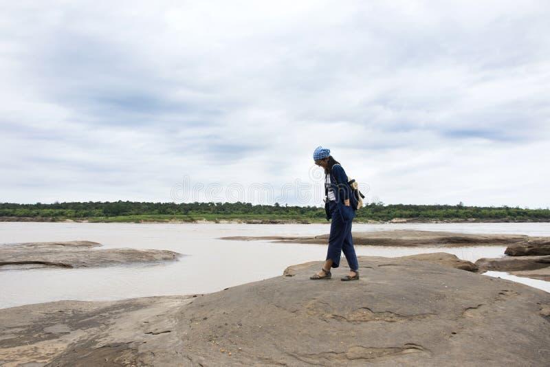 Viaggio tailandese della donna dei viaggiatori asiatici che cammina a Sam Pan Bok in Ubon Ratchathani, Tailandia fotografia stock