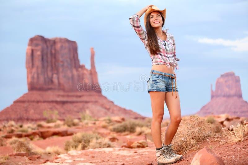 Viaggio turistico della donna del cowgirl in valle del monumento immagine stock libera da diritti