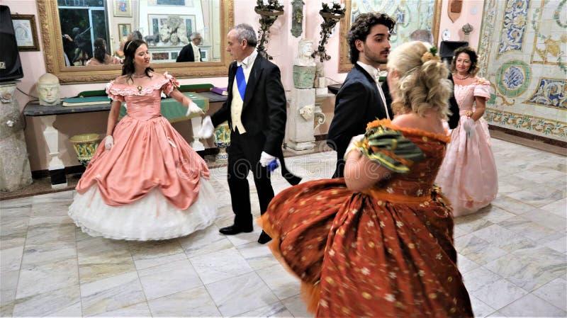 Viagrande, Катания/Италия 24-ое ноября 2018: танцы в костюме XVIII века стоковое фото