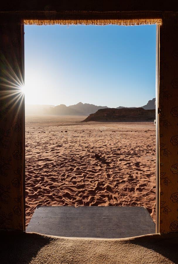 Viajando en el desierto de Wadi Rum, Jordania Marco de puerta con la opinión del desierto en salida del sol imagenes de archivo