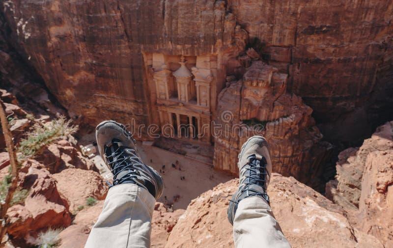 Viajando en el Petra, la ciudad color de rosa en Jordania Viajero que disfruta de la opinión de alto ángulo del Petra antiguo de  imagenes de archivo