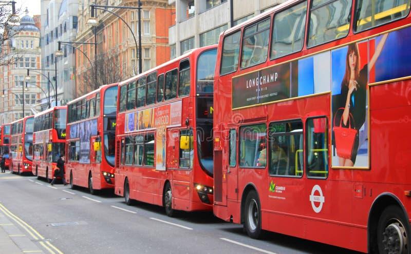 Viajando en Londres, autobuses en la calle de Oxford imagenes de archivo