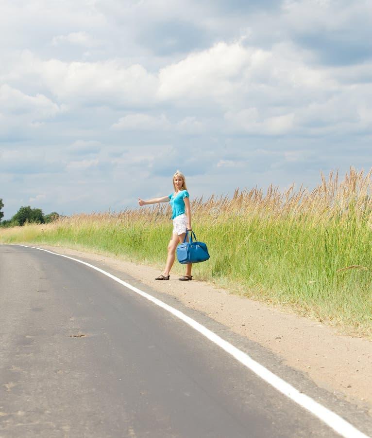 Viajando votos da menina na estrada fotos de stock