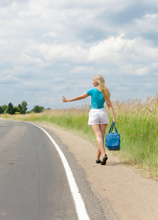 Viajando votos da menina na estrada imagem de stock royalty free