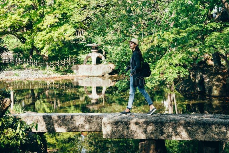 Viajante alegre que anda na ponte de pedra imagens de stock