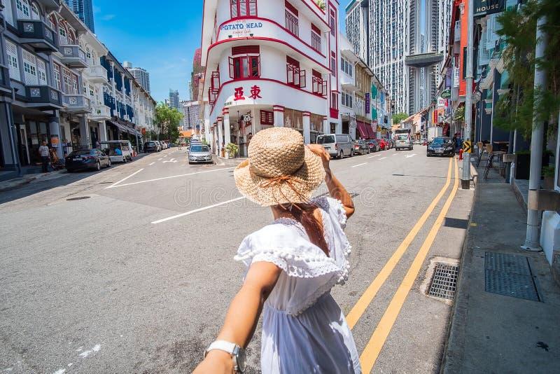 Viajante asiático dos pares que olha à construção principal da batata em Keong Saik Road, bairro chinês, Singapura marco e popula foto de stock royalty free