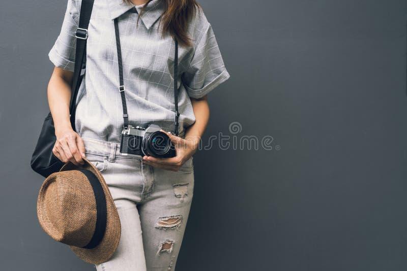 Viajante asiático novo da mulher com câmera retro e trouxa foto de stock royalty free