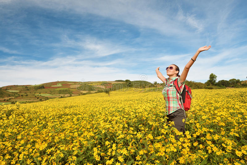 Viajante com apreciação da trouxa da opinião de campos coloridos com rais imagens de stock