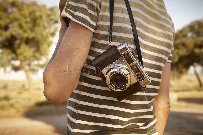 Viajante com a câmera do vintage no campo Backgrou do curso imagens de stock
