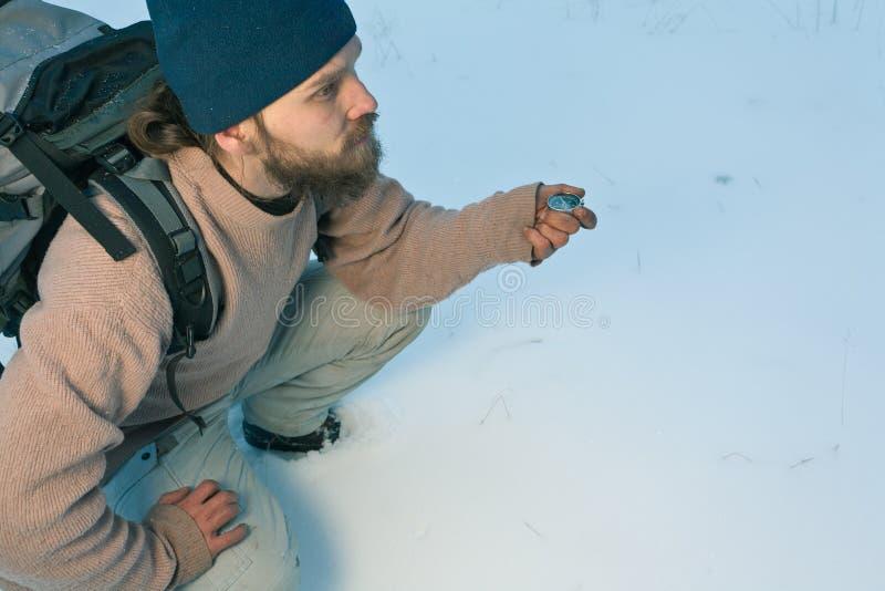 Viajante com compasso na floresta do inverno fotos de stock