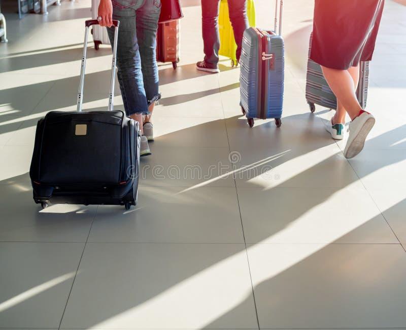 Viajante com a mala de viagem na plataforma no terminal de aeroporto imagens de stock