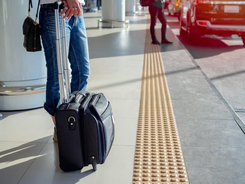 Viajante com a mala de viagem na plataforma no terminal de aeroporto foto de stock royalty free