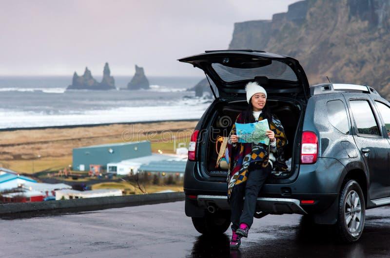 Viajante com o mapa que planeia a viagem do carro imagem de stock