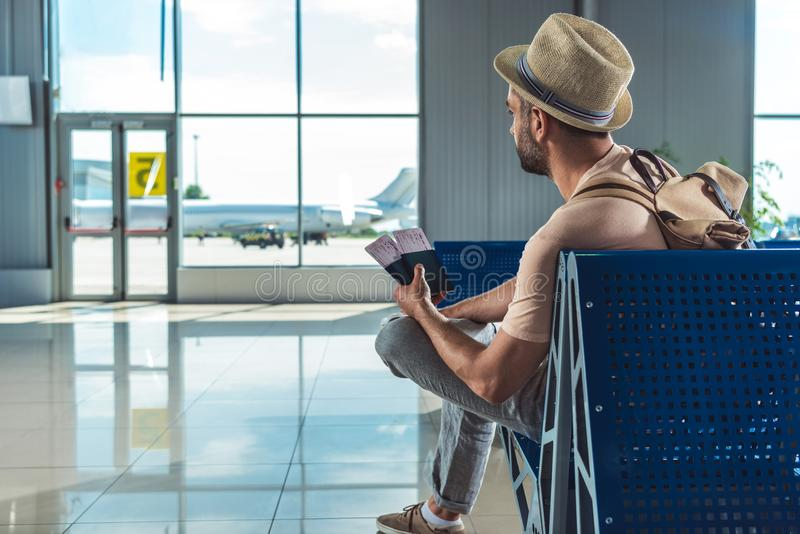 Viajante com passaportes e bilhetes imagens de stock