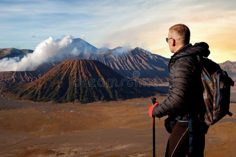 Viajante contra o nascer do sol fantástico no vulcão de Bromo indonésia Java Island foto de stock royalty free