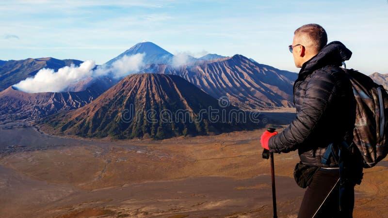 Viajante contra o nascer do sol fantástico no vulcão de Bromo indonésia Java Island fotografia de stock