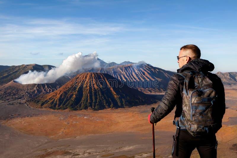Viajante contra o vulcão fantástico de Bromo indonésia Java Island fotografia de stock