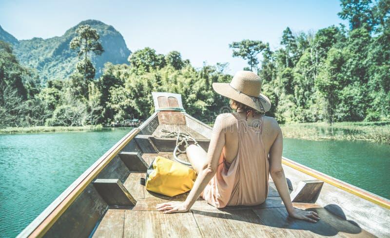 Viajante da jovem mulher na viagem do barco do longtail na lupulagem de ilha imagens de stock