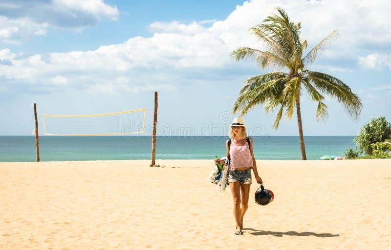 Viajante da jovem mulher que anda na praia na ilha de Phuket fotografia de stock