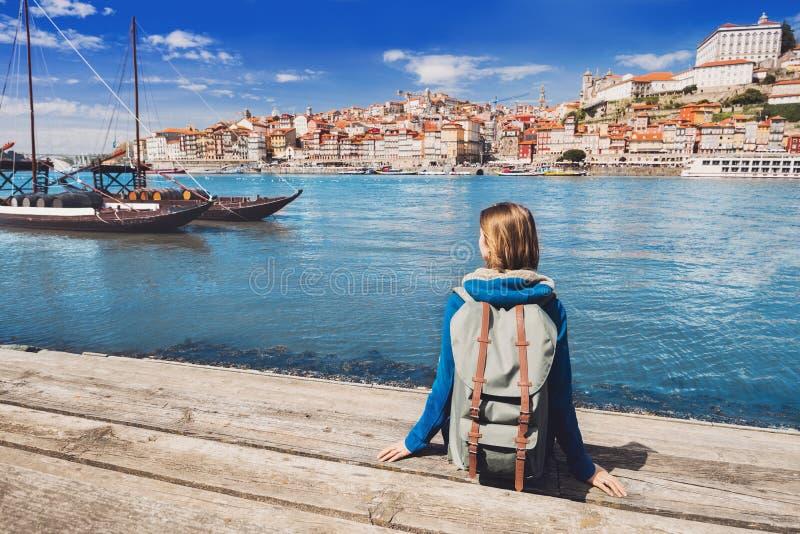 Viajante da jovem mulher que olha a cidade de Porto, Portugal curso e conceito ativo do estilo de vida foto de stock
