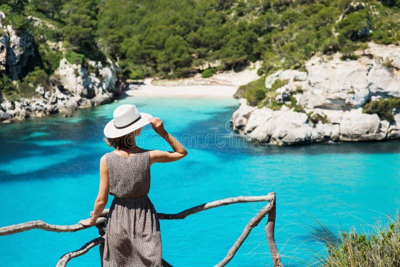 Viajante da jovem mulher que olha o mar, o curso e o conceito ativo do estilo de vida Conceito do abrandamento e das férias fotos de stock royalty free