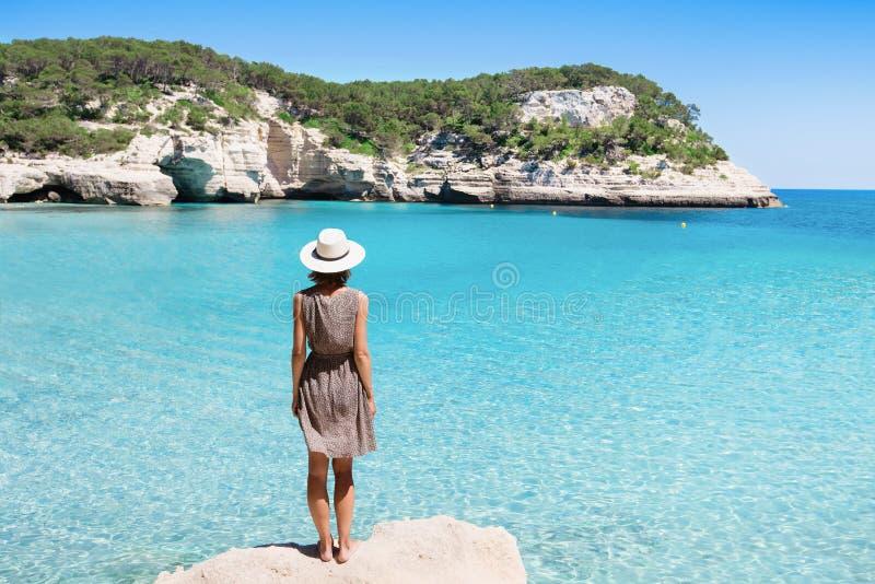 Viajante da jovem mulher que olha o mar, o curso e o conceito ativo do estilo de vida Conceito do abrandamento e das férias imagens de stock