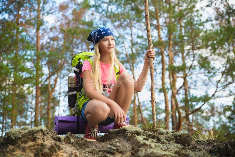 Viajante da menina com a trouxa na aventura da floresta do monte, curso, conceito do turismo imagem de stock royalty free