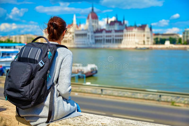 Viajante da moça da construção do parlamento de Budapest imagem de stock royalty free