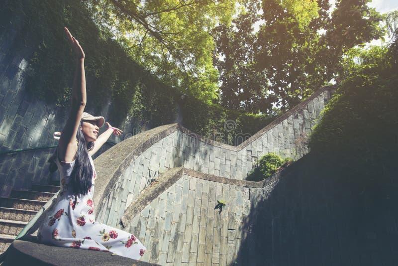 Viajante da moça que senta-se em escadas do círculo de um stairca espiral foto de stock royalty free
