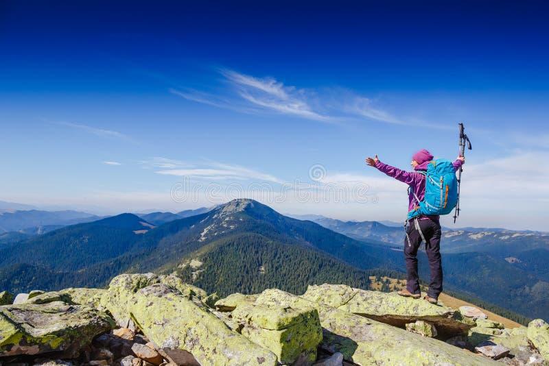 Viajante da mulher com a trouxa que caminha no conceito do estilo de vida do esporte do alpinismo das montanhas imagens de stock