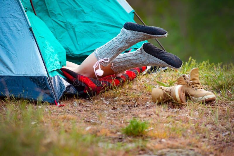Viajante da mulher que descansa em uma barraca na perspectiva de um gre imagem de stock