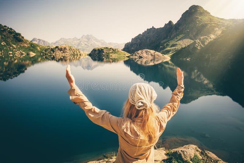 Viajante da mulher que medita a harmonia com natureza imagem de stock