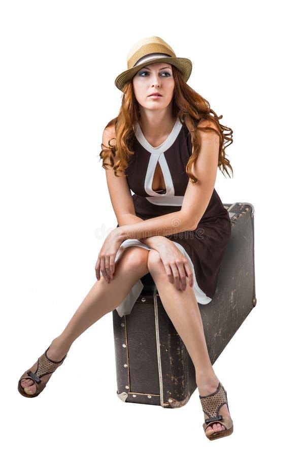 Viajante da mulher que senta-se na mala de viagem retro fotos de stock