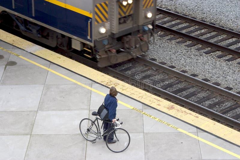 Viajante de bilhete mensal da bicicleta/trem fotografia de stock