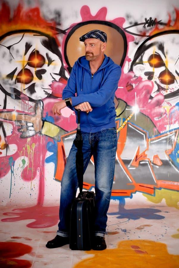Viajante de bilhete mensal do homem, grafitti urbano imagem de stock royalty free