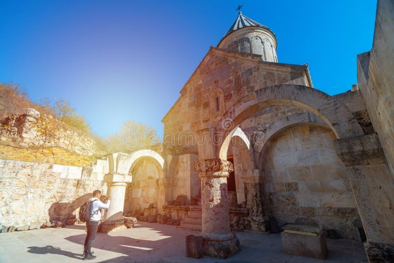 Viajante de mochila asiática tira foto do mosteiro de Haghartsin em Dilijan, Armênia fotos de stock royalty free