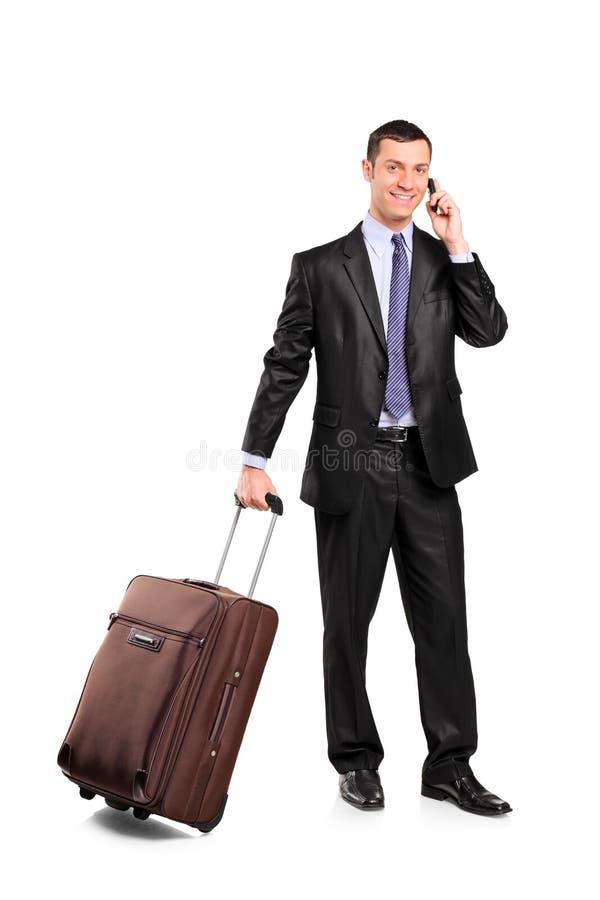 Viajante de negócio que carreg uma mala de viagem imagem de stock royalty free
