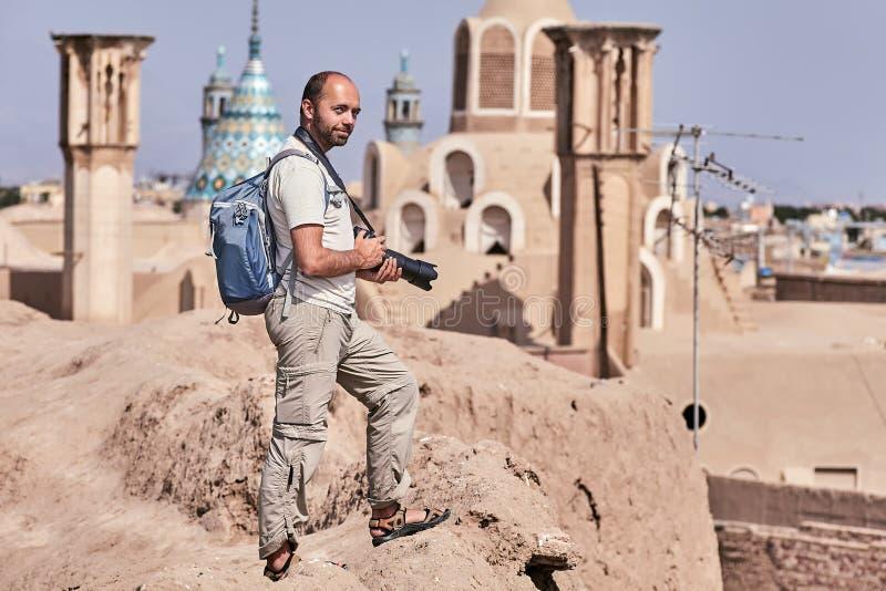 Viajante de solo em uma viagem a Irã, cidade antiga de Kashan imagens de stock