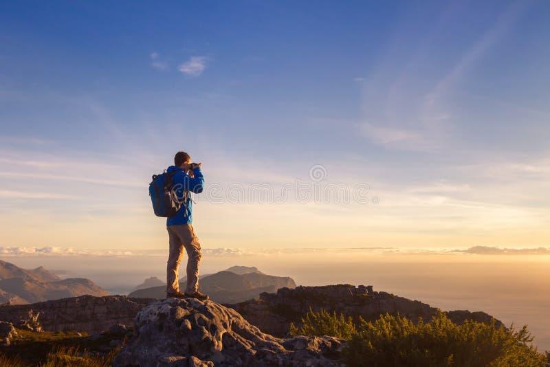 Viajante do fotógrafo da natureza que toma a foto da paisagem bonita imagens de stock