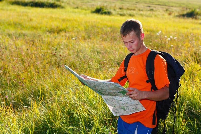 Viajante do homem com mapa à disposicão fotos de stock