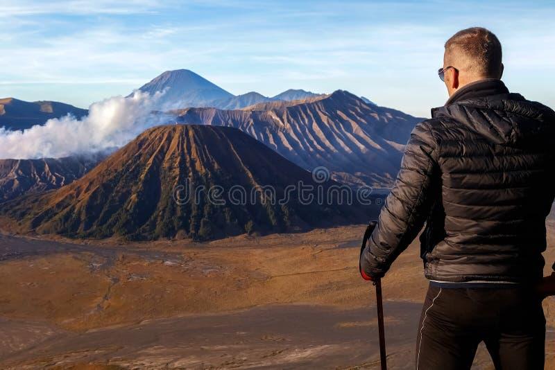 Viajante do homem contra o vulcão de Bromo indonésia Java Island fotos de stock