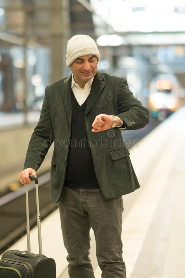 Viajante do homem de negócios na estação de trem foto de stock royalty free