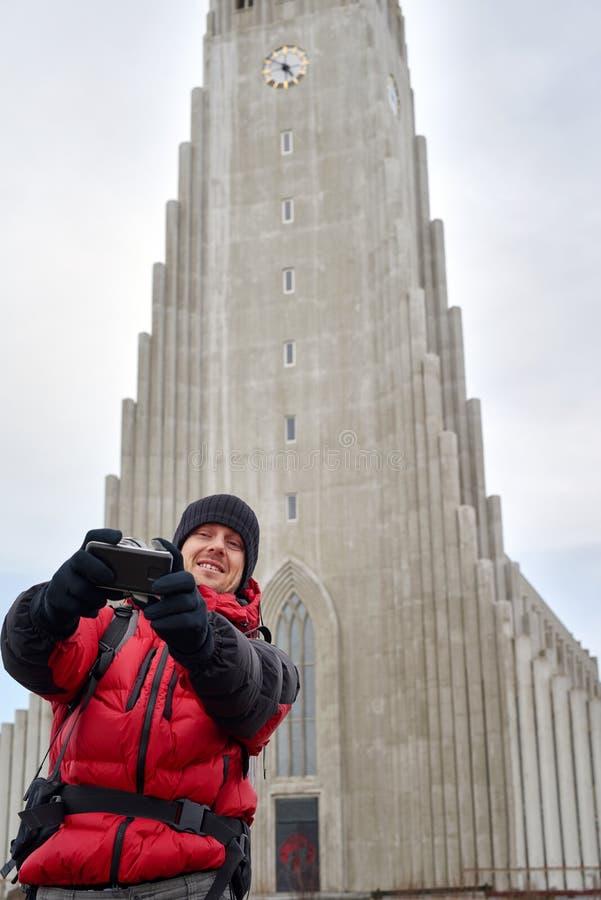 Viajante do turista que toma o selfie usando a câmera fotografia de stock royalty free