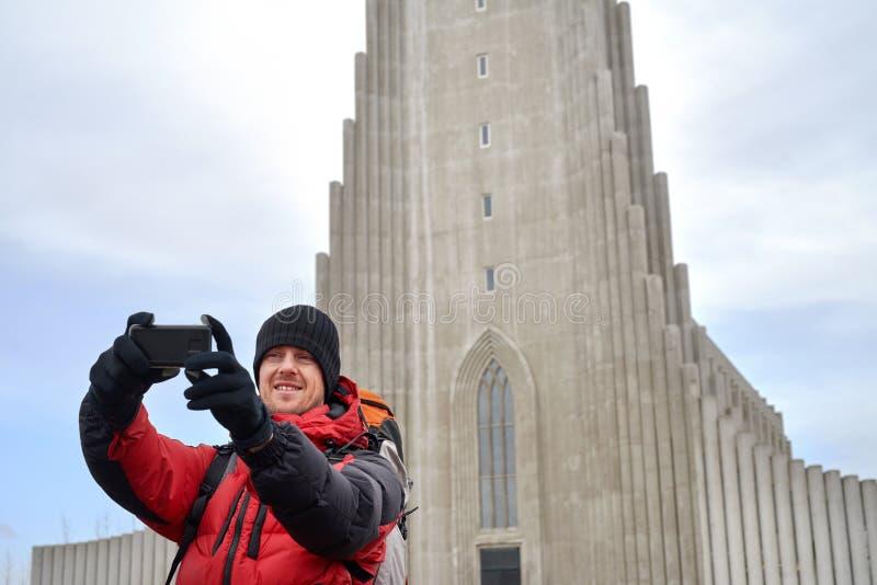Viajante do turista que toma o selfie usando a câmera fotografia de stock