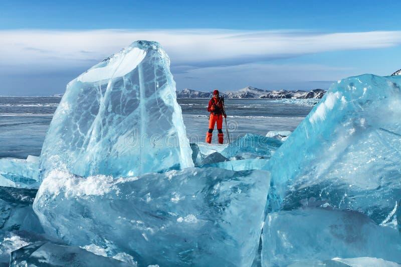 Viajante entre o gelo transparente imagens de stock